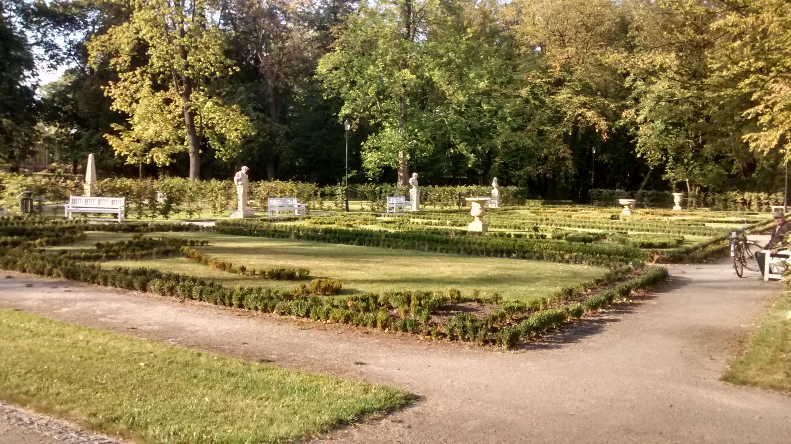 45ba9199f651e Yükle (2592x1456)File Park Miejski w Skierniewicach (2016 r.).jpg -  Wikimedia Commonsw en Creative Commons.