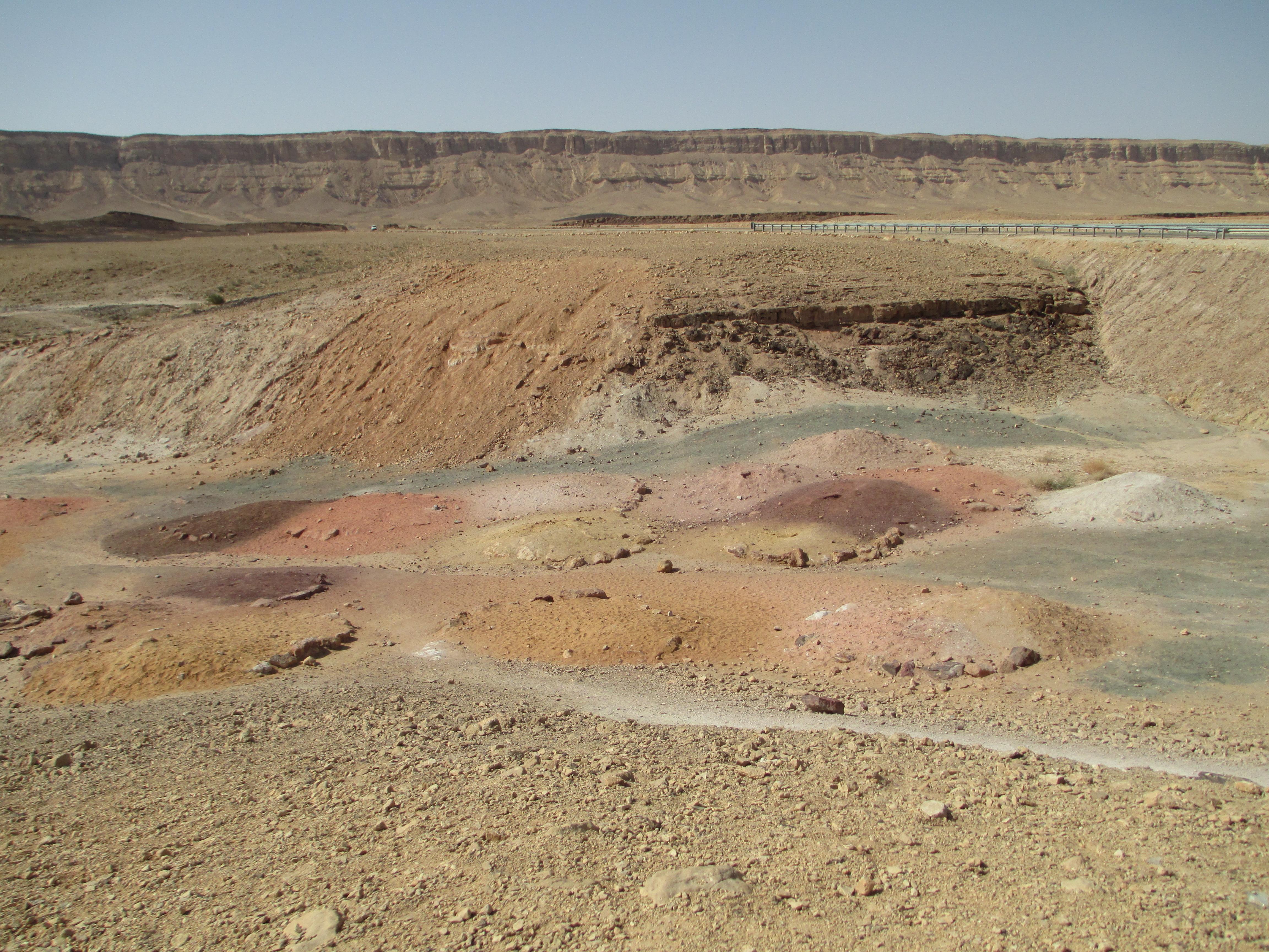 חולות צבעוניים במכתש רמון