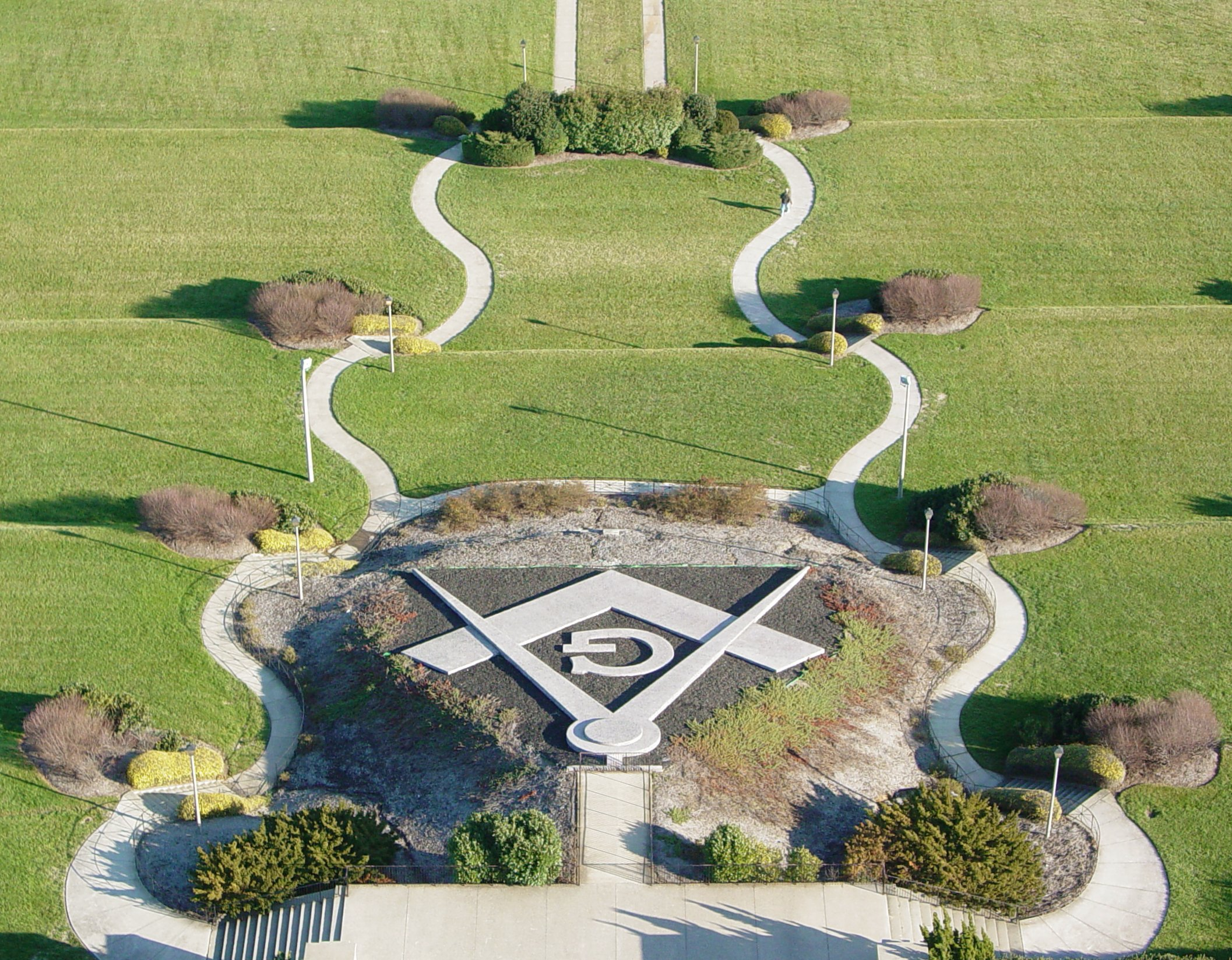 Il simbolo della squadra e del compasso nei giardini del George Washington Masonic National Memorial