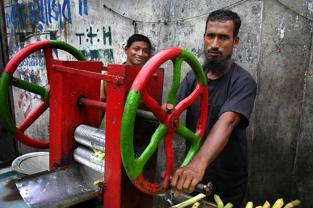 Sugarcane juice vendors, Dhaka.jpg