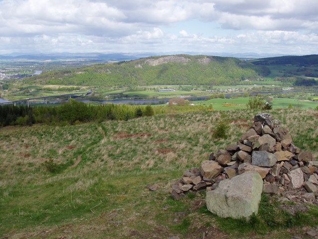 Summit cairn of Moncreiffe Hill - geograph.org.uk - 644072