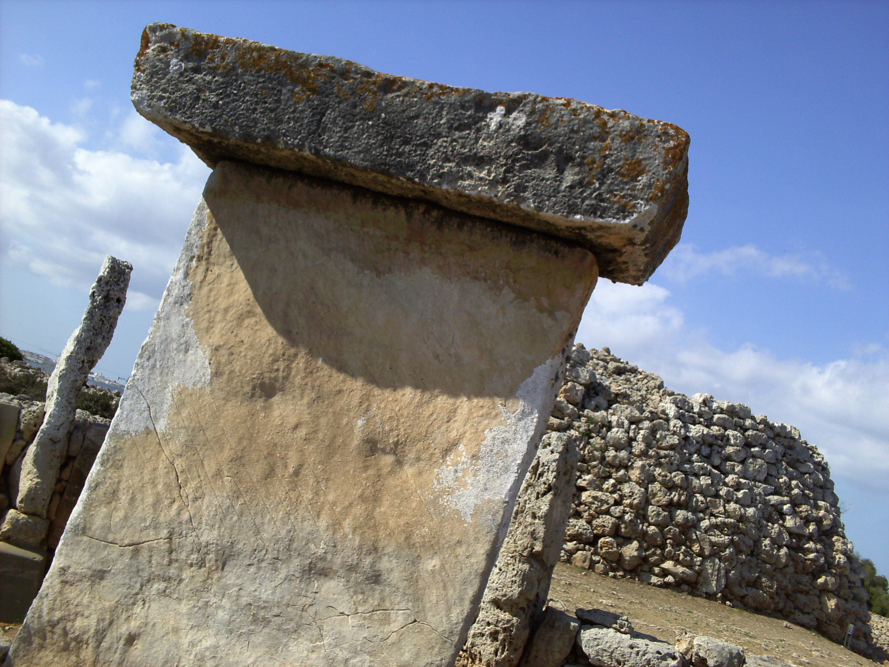 Talaiot darrere una taula, a Menorca.