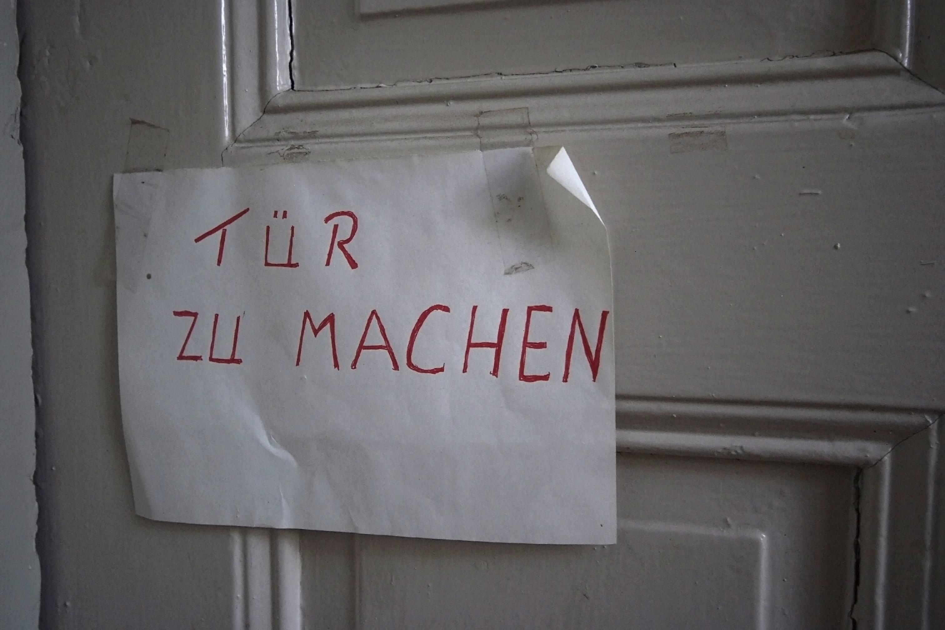 Tür zu tür  File:Tuer zu machen Bf Niederfinow.jpg - Wikimedia Commons