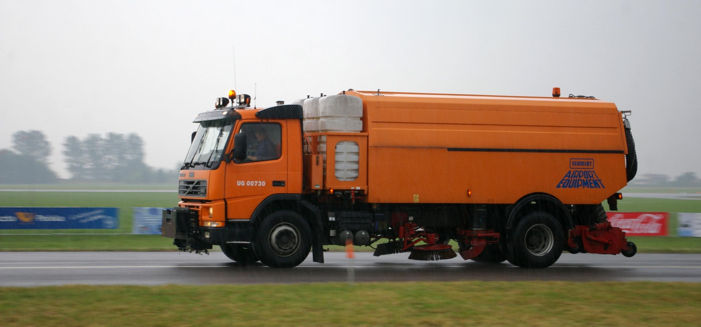 File Volvo Airport Maintenance Truck Radom Air Show 2009