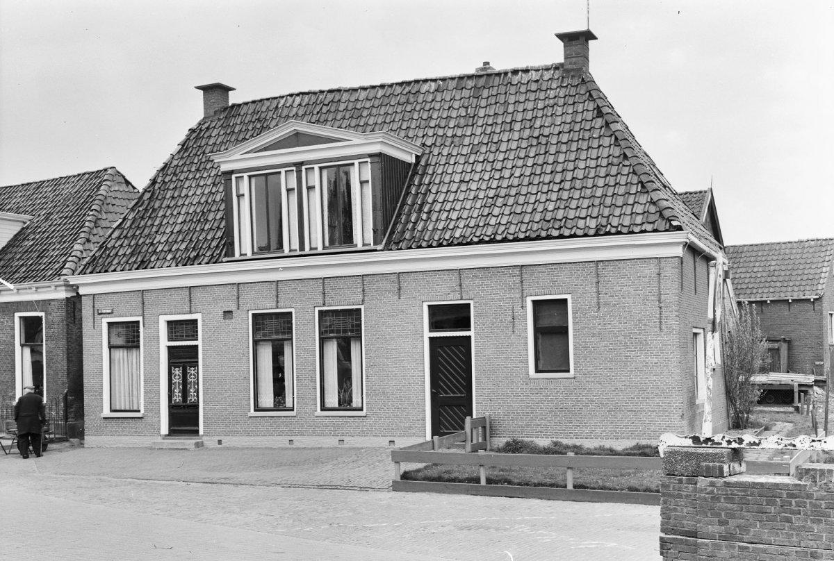 File voorgevel van huis met dubbele houten dakkapel met timpaan grouw 20400003 - Voorgevel met dubbele huid ...