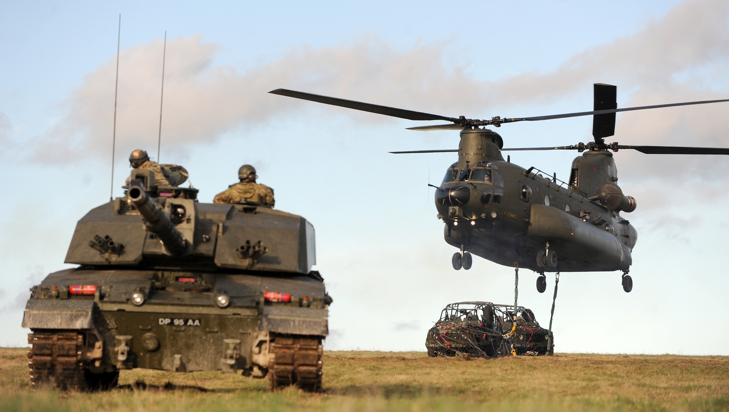 File:WESTCOUNTRY ARMY RESERVISTS CALL IN CHINOOK HELICOPTER DURING