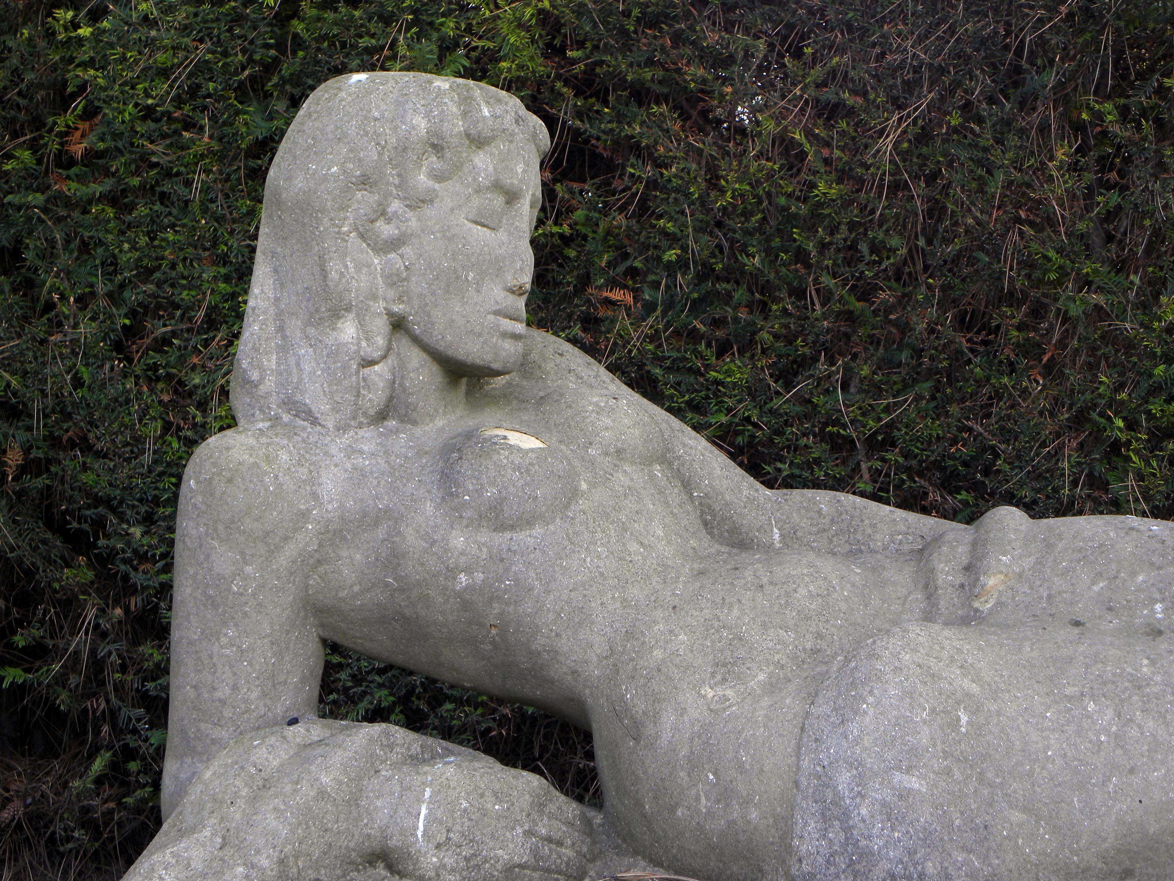 Datei:Wien - Zentralfriedhof - Grabmal für Selma Halban-Kurz - Figur von Fritz Wotruba - Detail.jpg