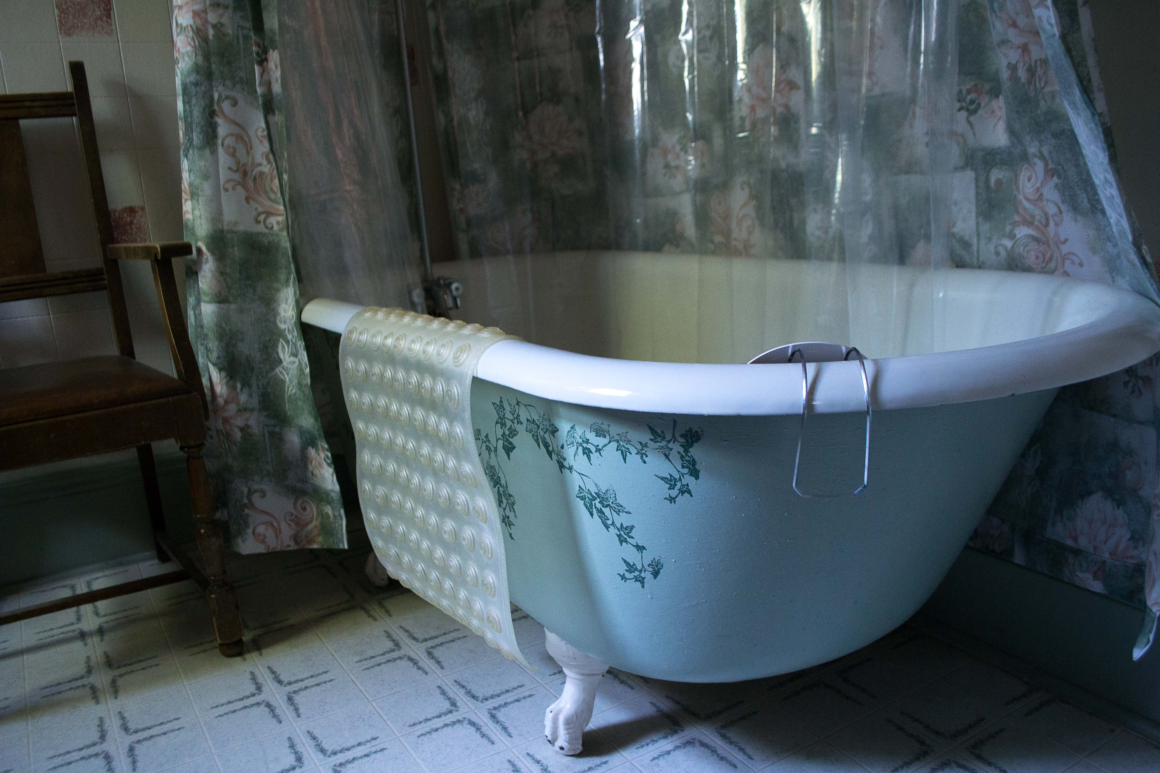 File:Bathtub-1.jpg - Wikimedia Commons