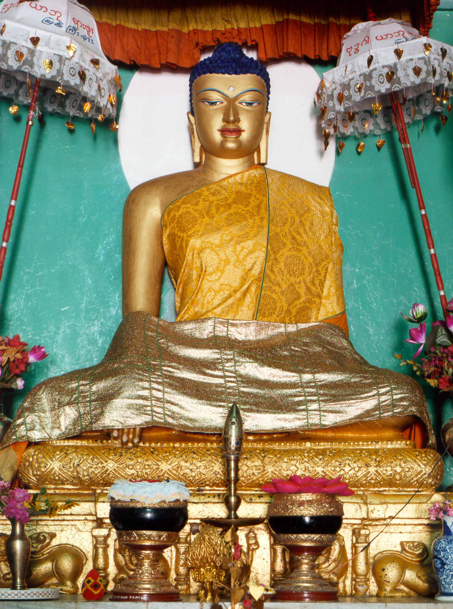 https://upload.wikimedia.org/wikipedia/commons/4/4a/Buddha_Bodhgaya.JPG