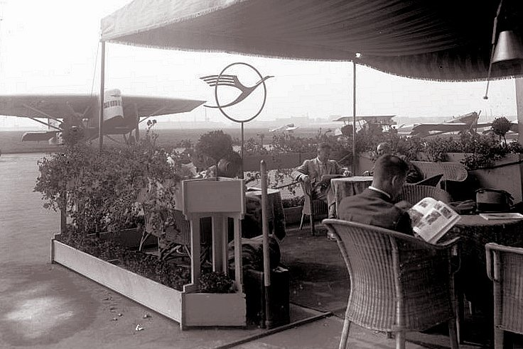 Bundesarchiv Bild 102-09525, Zentralflughafen Berlin-Tempelhof, Lufthansa-Wartebereich.jpg