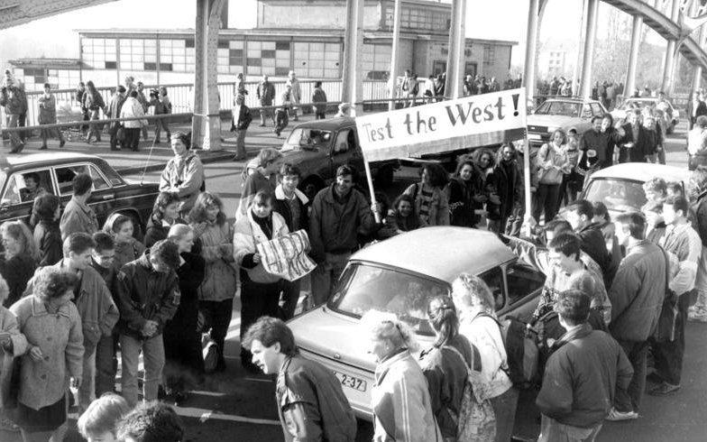Bornholmer Straße im westlichen Teil Berlins. Einen Tag nach dem 9. November 1989 und dem Fall der Mauer bereitet ein Spalier Besuchern aus der DDR einen ersten Empfang.