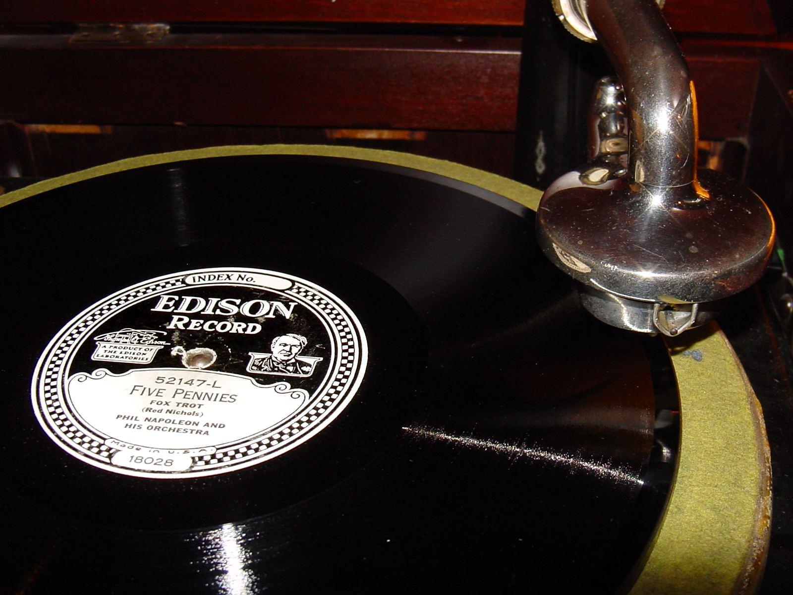 Tonarm und Schallplatte nach dem Edison-Diamond-Disc-Verfahren