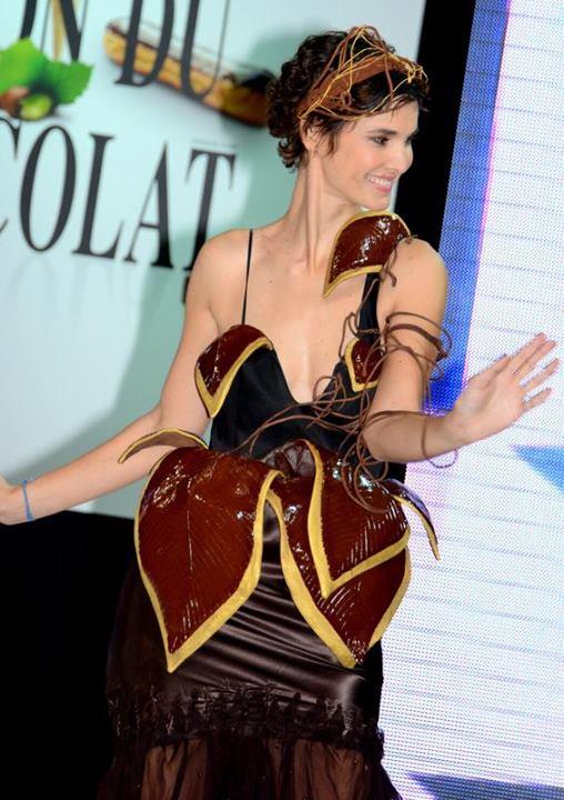 Eglantine Emeyé au défilé de mode du salon du chocolat.| Source : Wikimedia