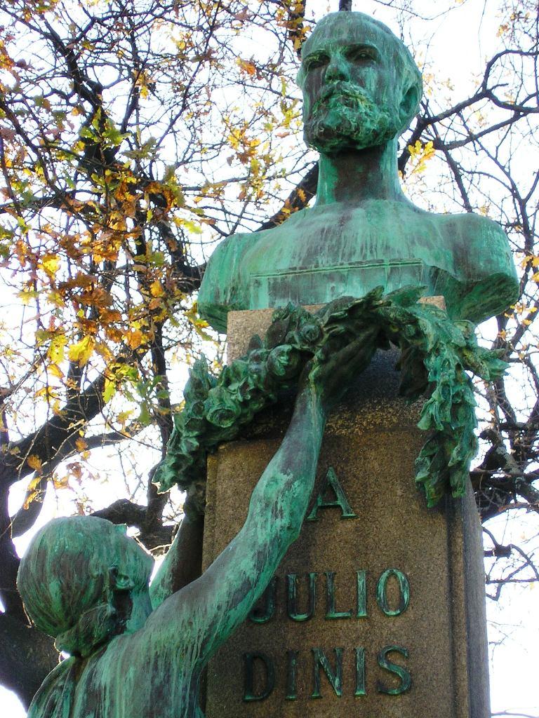 Resultado de imagem para estatua julio dinis