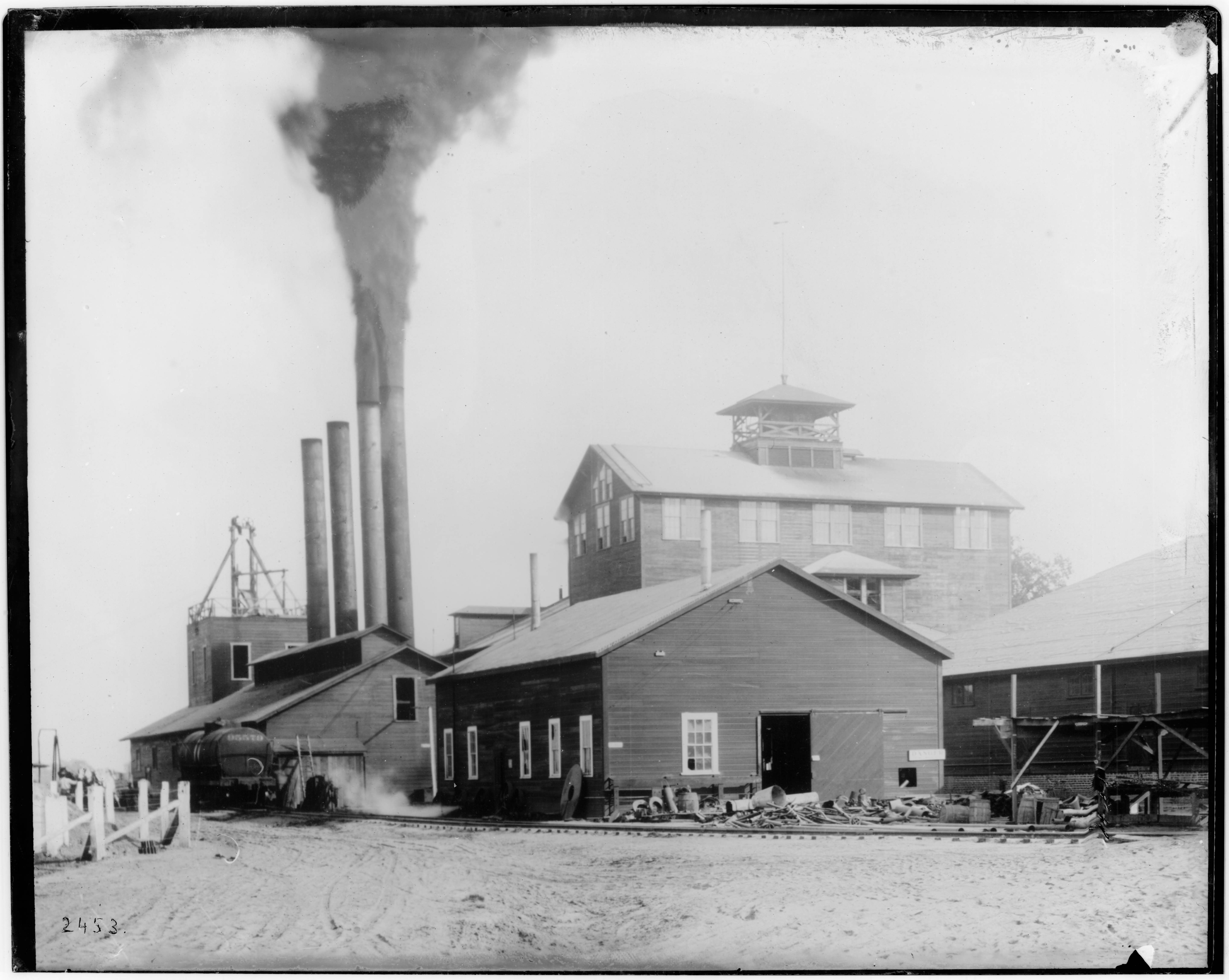 Car That Runs On Air >> File:Exterior of the Pacific Beet Sugar factory in Visalia ...