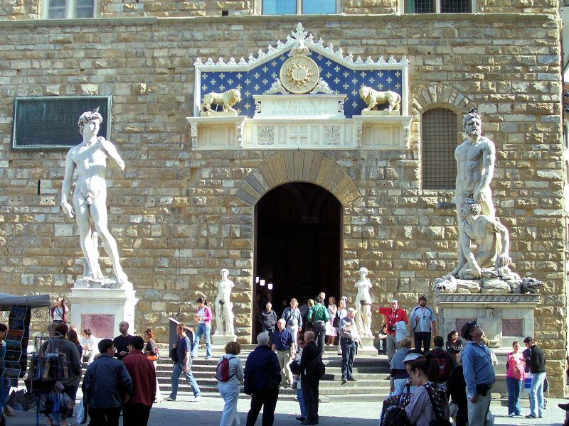 http://upload.wikimedia.org/wikipedia/commons/4/4a/Firenze-palazzo_vec_entrance.jpg