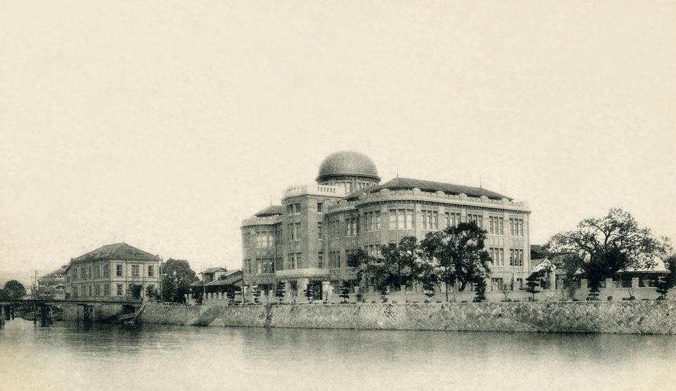 大正期の広島県立商品陳列所(左)と現在の原爆ドーム(右)。対岸のほぼ同じ場所より撮影