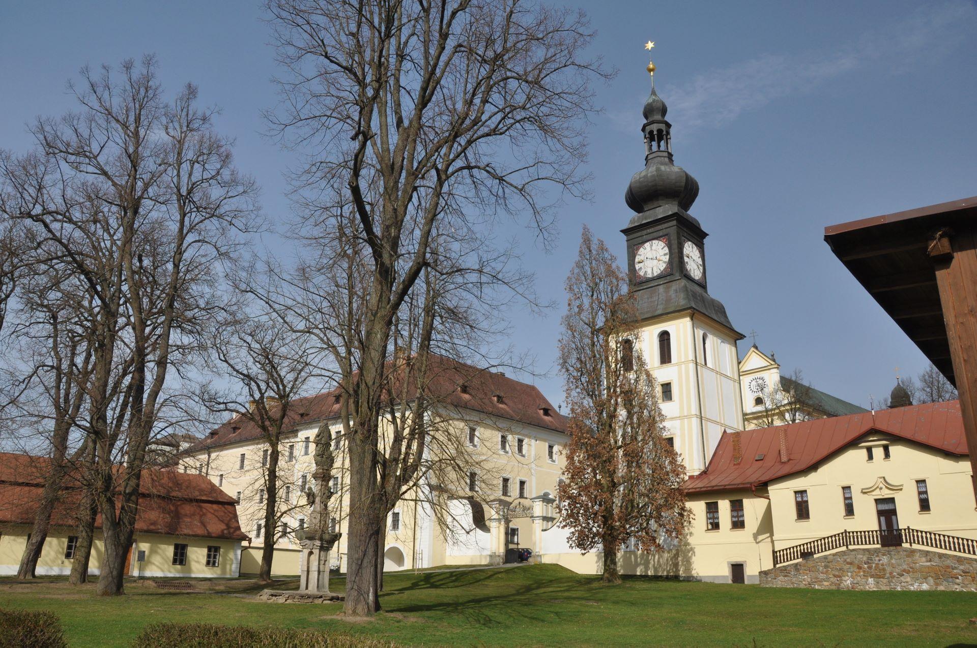 File:Kloster bzw Schloss Zďár nad Sázavou (41437256921).jpg - Wikimedia  Commons
