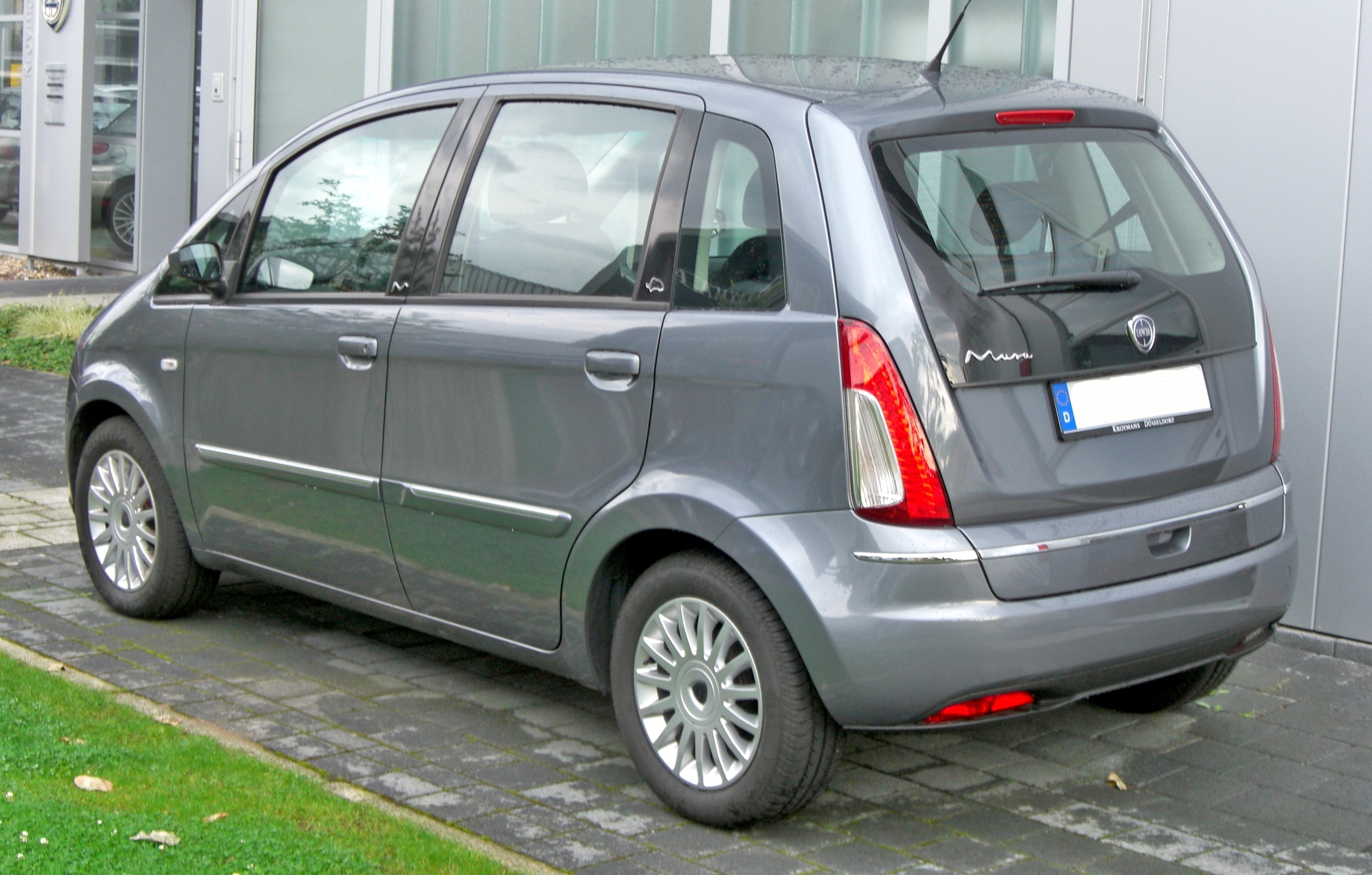 https://upload.wikimedia.org/wikipedia/commons/4/4a/Lancia_Musa_Facelift_rear.JPG