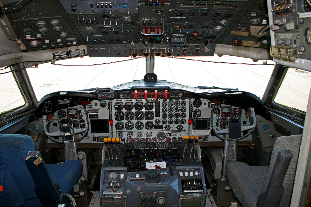 File:Lockheed L-188 Electra Flight Deck.jpg - Wikimedia ...