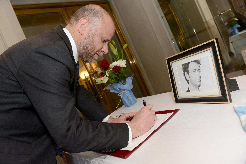 El ministro chileno Álvaro Elizalde escribe en el libro de condolencias dispuesto en el Consulado de Argentina en Santiago por la muerte de Cerati.