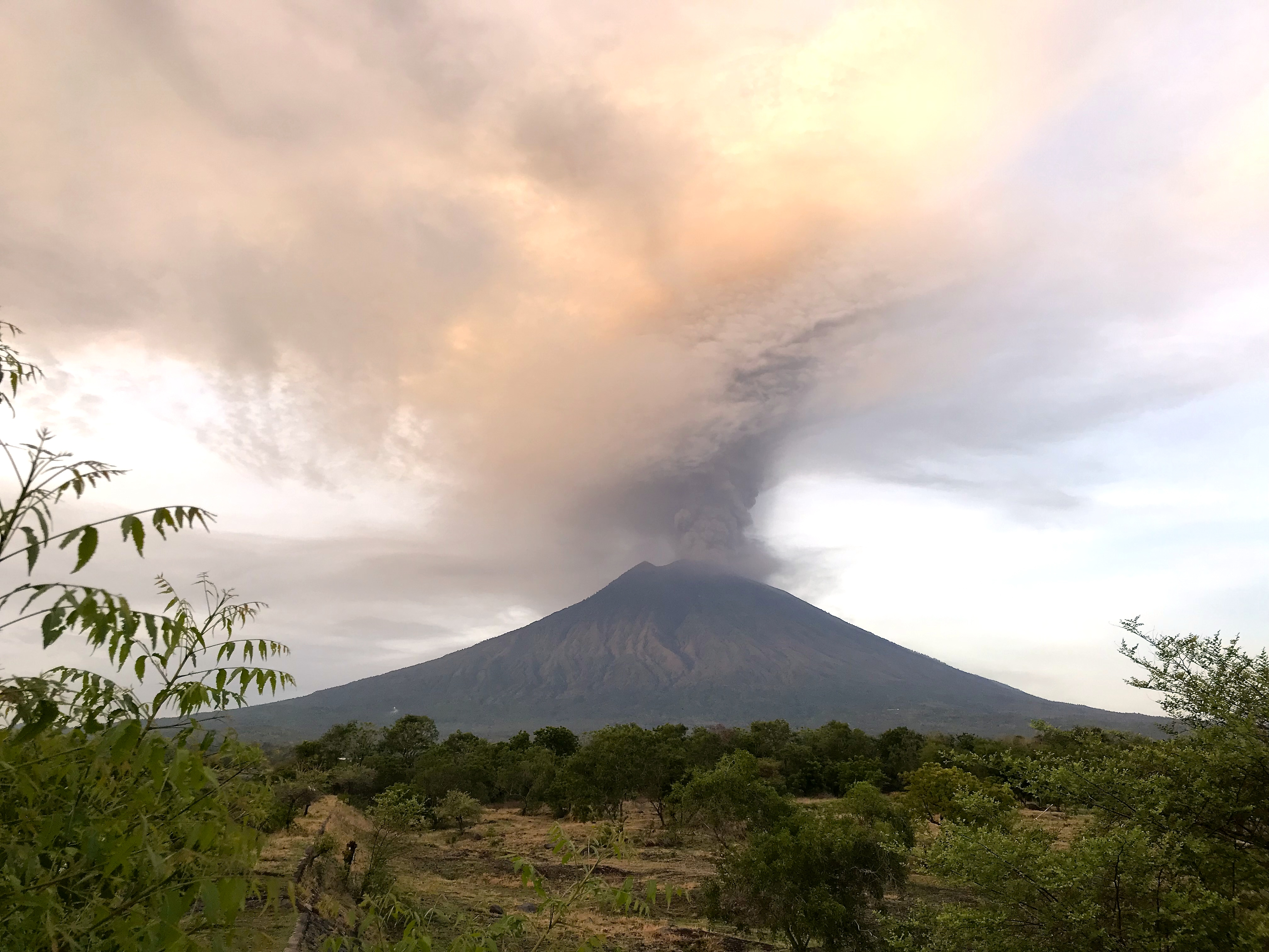 Mount Agung, November 2017 eruption - 27 Nov 2017 01.jpg