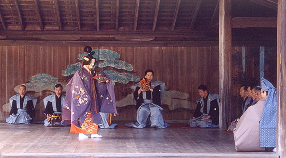 Une asiatique dans plusieurs scènes