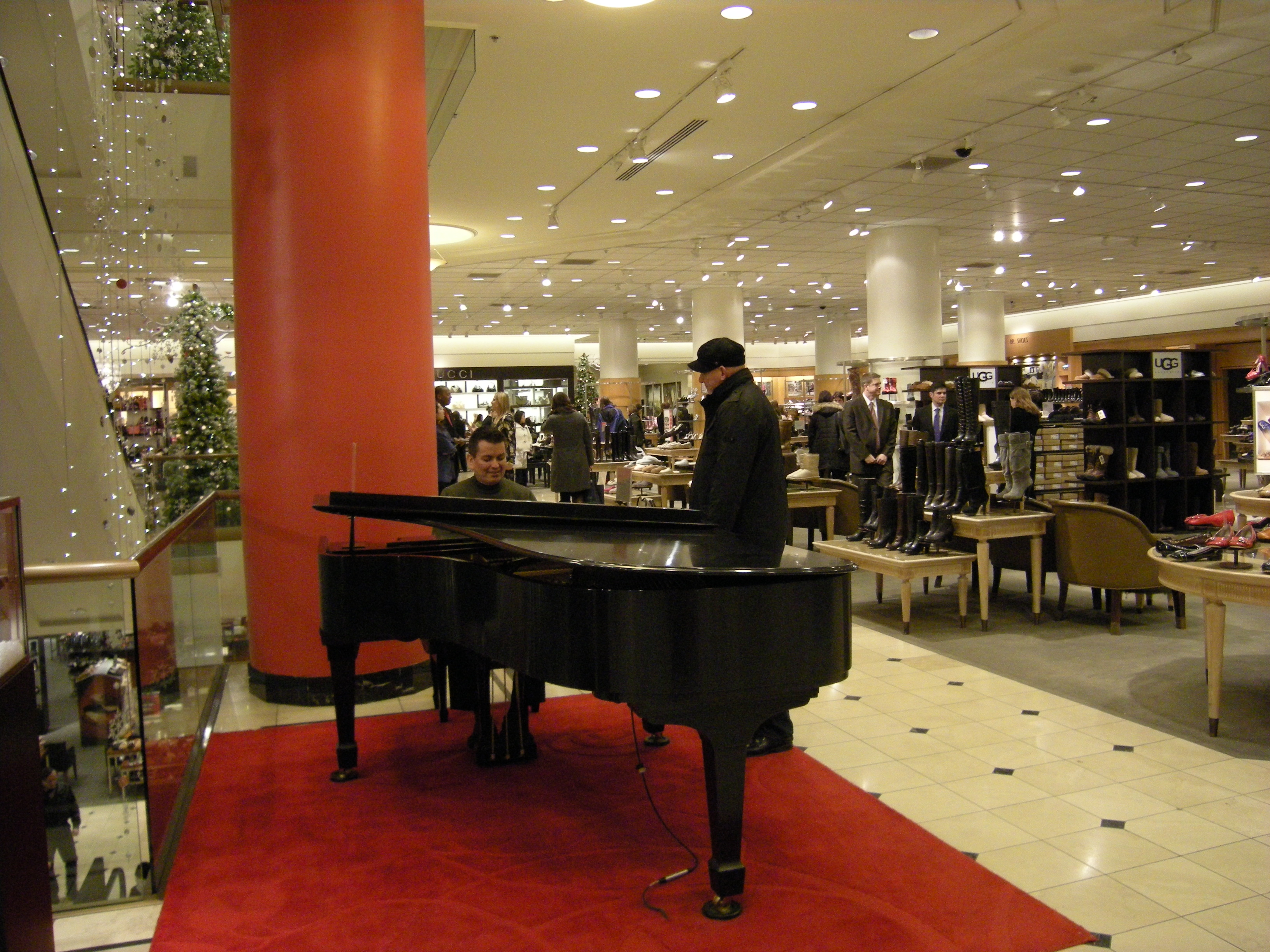 Description Piano player Joseph Rojo at Nordstrom (Seattle).jpg