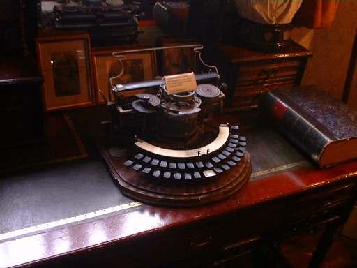File:Typewriter in Sherlock Holmes Museum.jpg