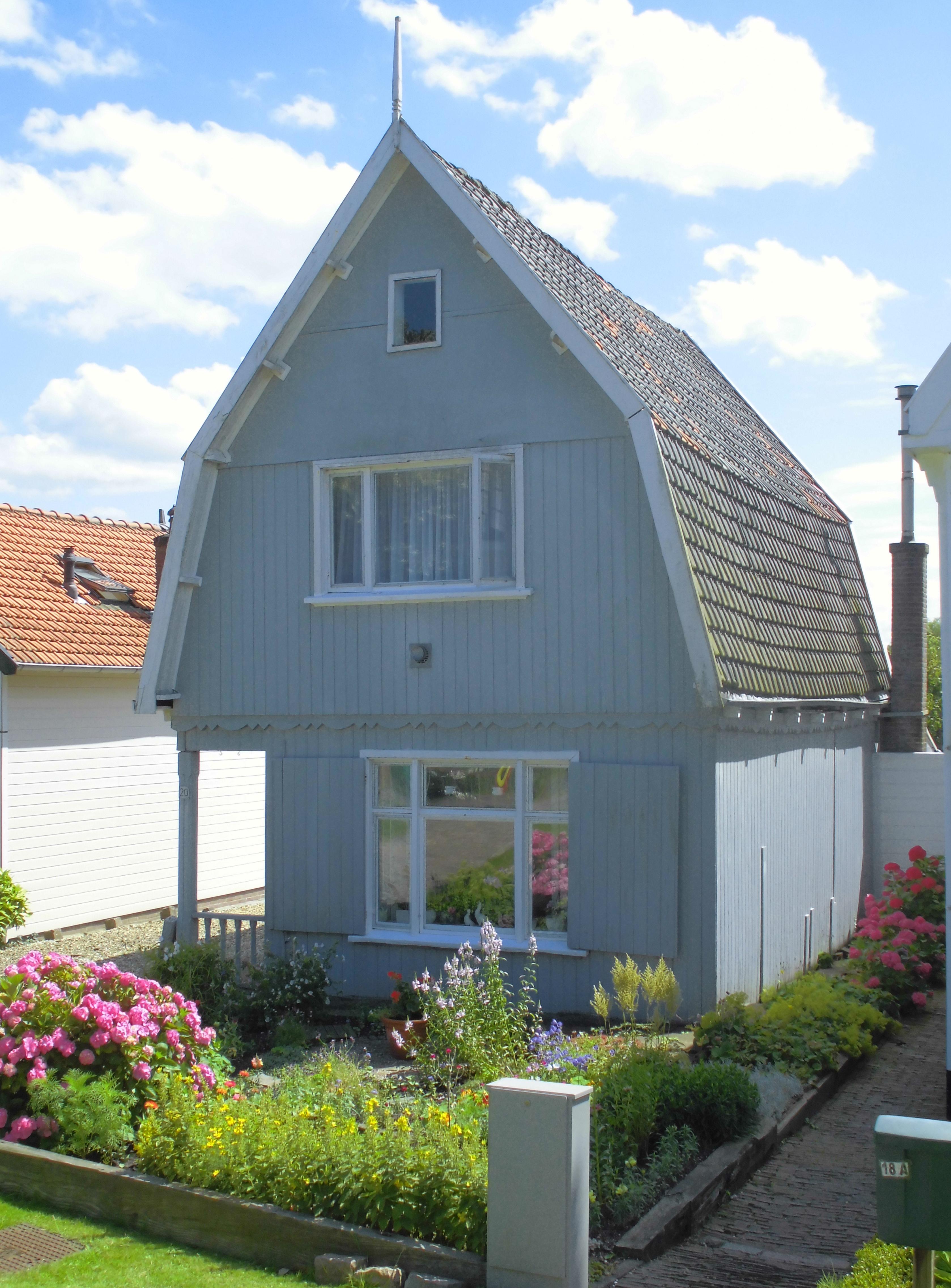 Houten huis met zolderverdieping onder hoge mansardekap geschulpte rand tussen begane grond en - Tussen huis ...