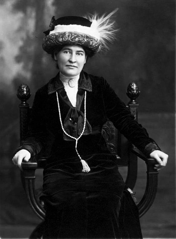 Willa Cather ca. 1912 wearing necklace from Sarah Orne Jewett