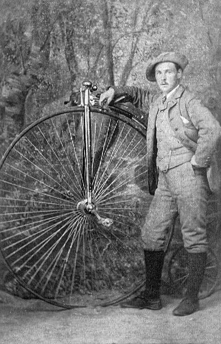 https://upload.wikimedia.org/wikipedia/commons/4/4b/A_man_with_a_Penny-farthing_bicycle_-_Ladybank%2C_Scotland_c.1880.jpg