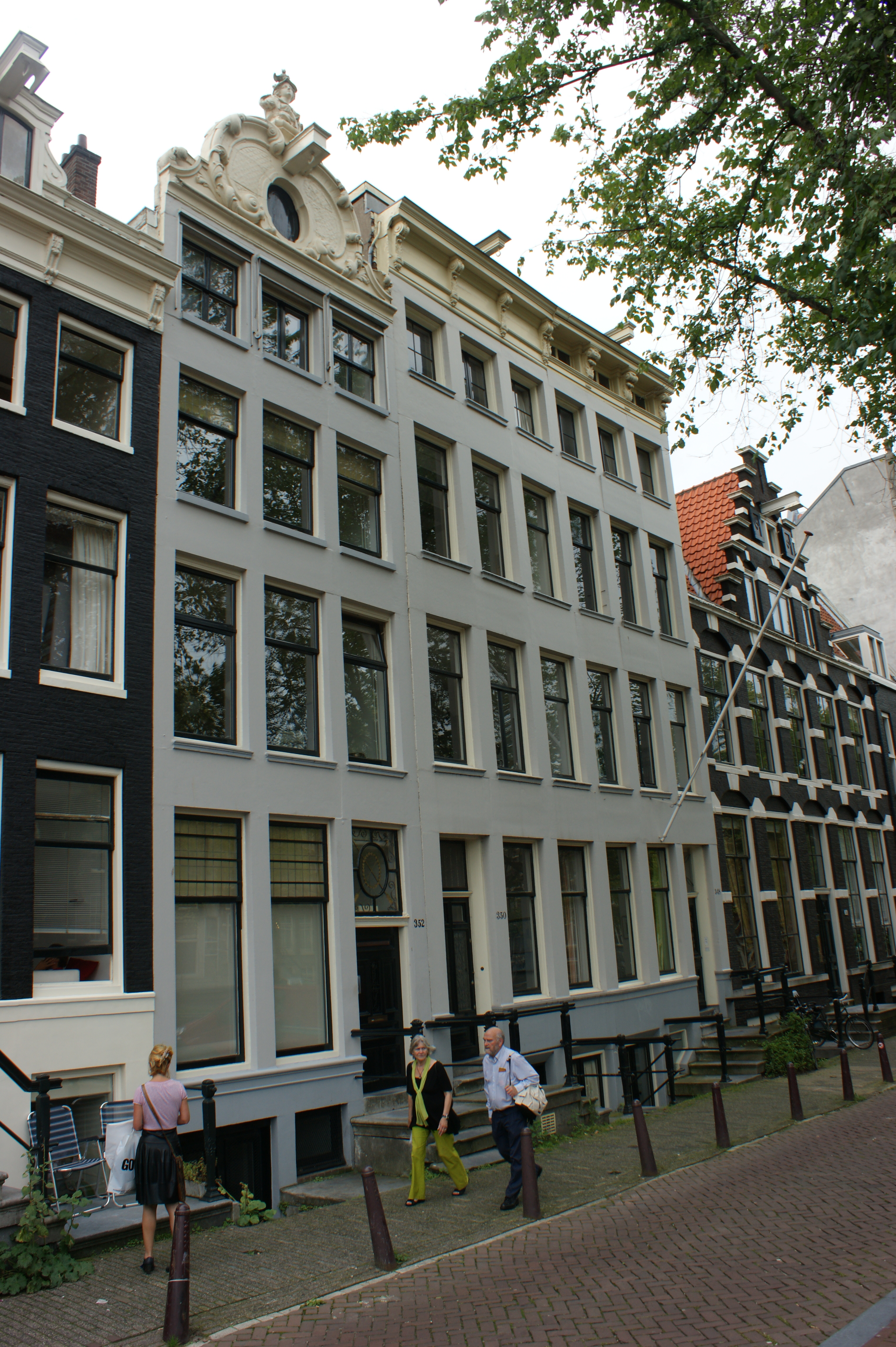 Pand met zandstenen gevel onder houten lijst met consoles for Herengracht amsterdam