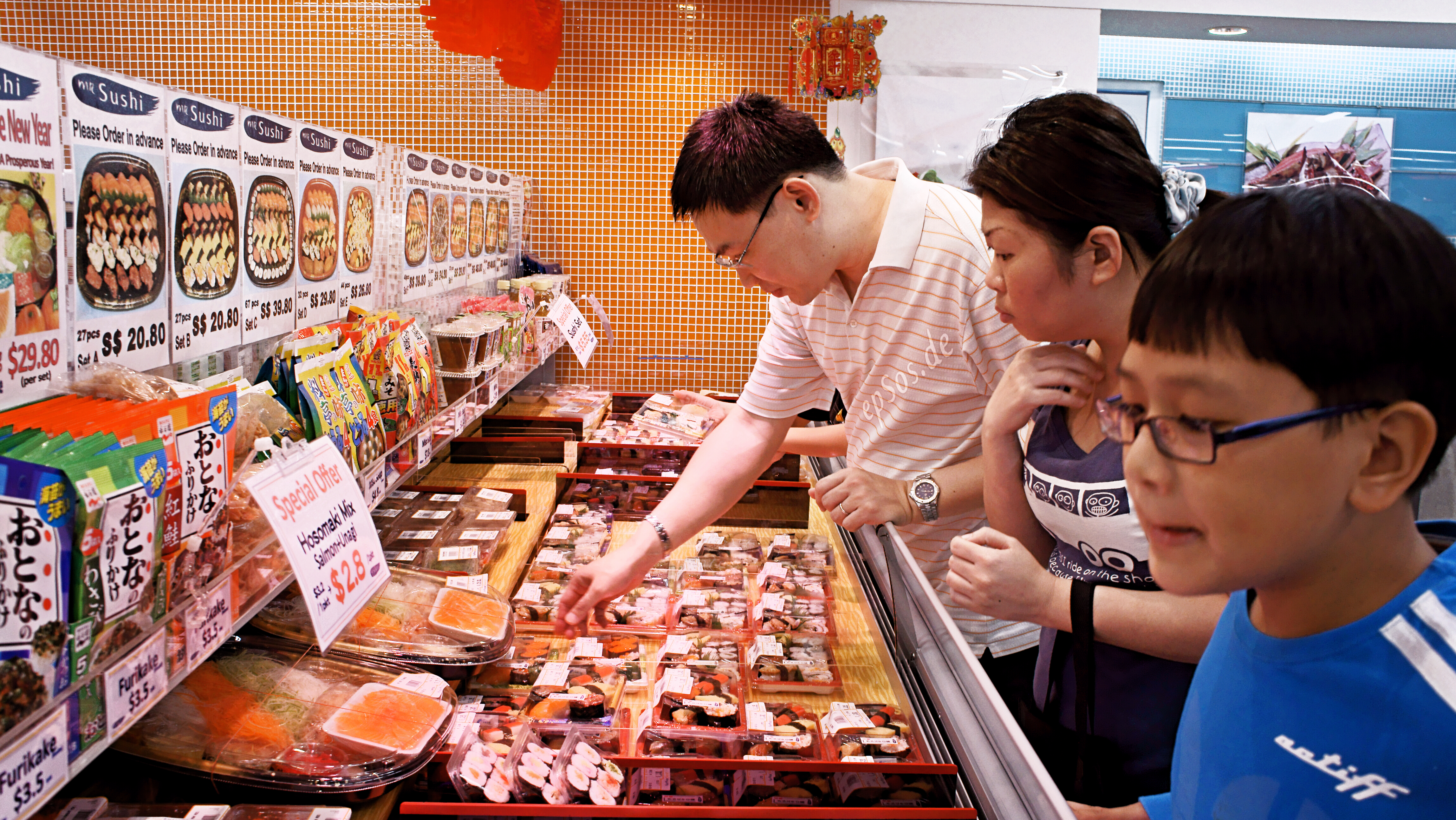 File:Asian Family Customers Shopping in The Super Market.jpg