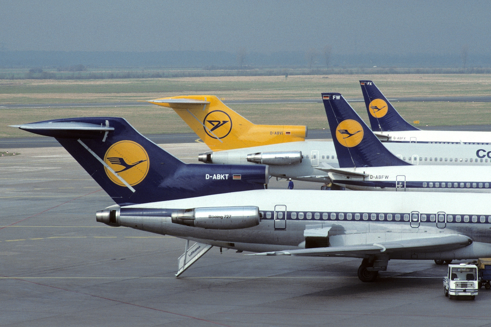 File:Boeing_727 230 Adv,_Lufthansa_AN1799197 on Numbe Line