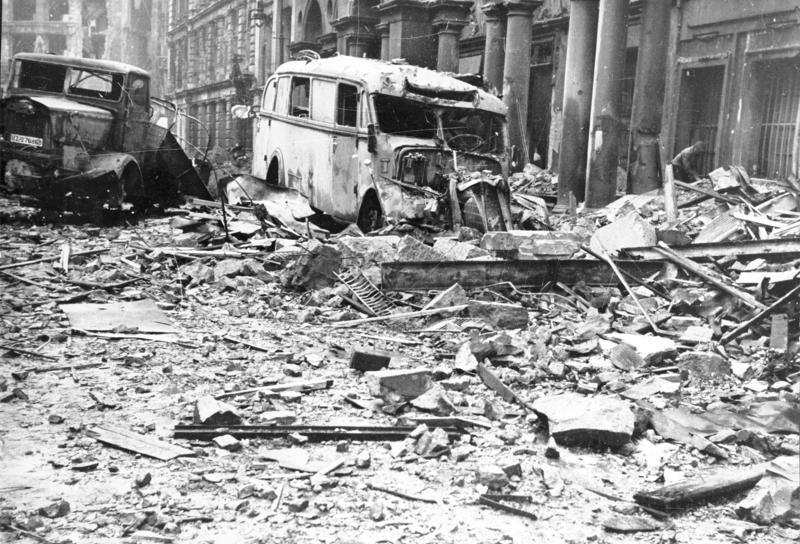 Bundesarchiv Bild 183-J31347, Berlin, Ruinen und zerstörte Autos.jpg