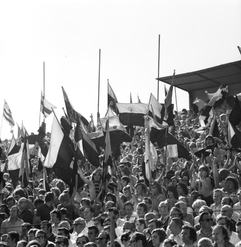 Feiernde Fußballfans des Dynamo Dresden. Urheber: Ulrich Häßler. Lizenz: CC-BY-SA-3.0-DE.