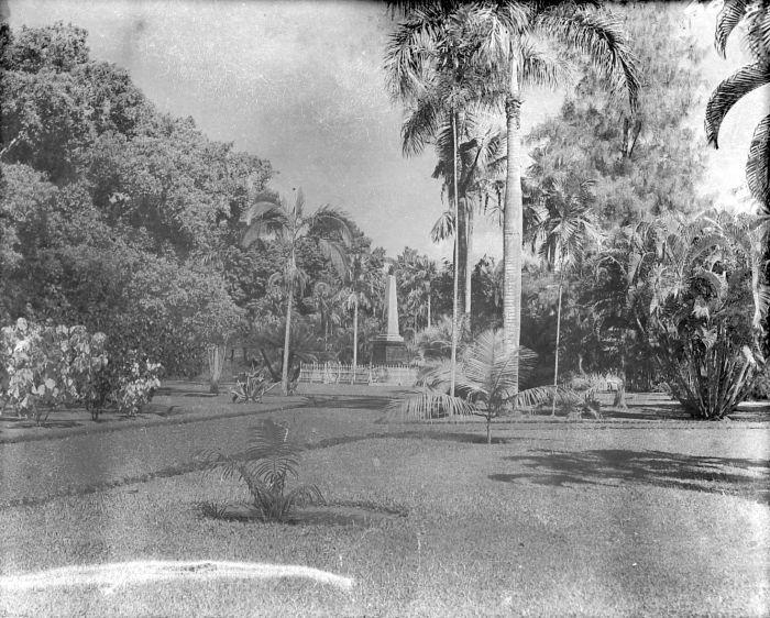 File:COLLECTIE TROPENMUSEUM Het Lombok-monument in het park TMnr 10015038.jpg