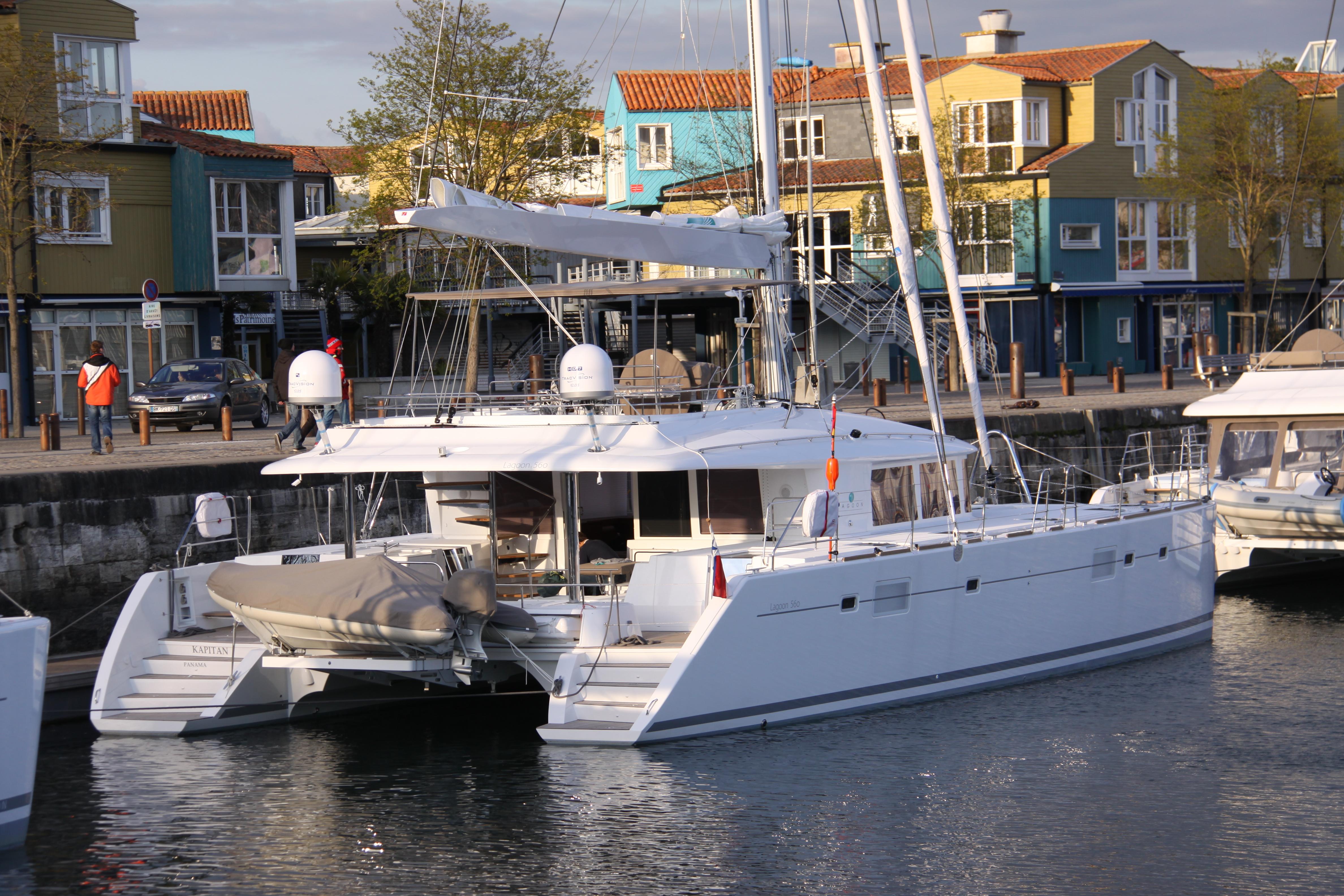 Segelkatamaran  File:Catamaran de croisière Lagoon 560.JPG - Wikimedia Commons