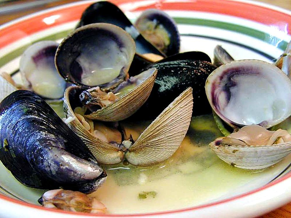 Description Clams muscles shellfish food.jpg