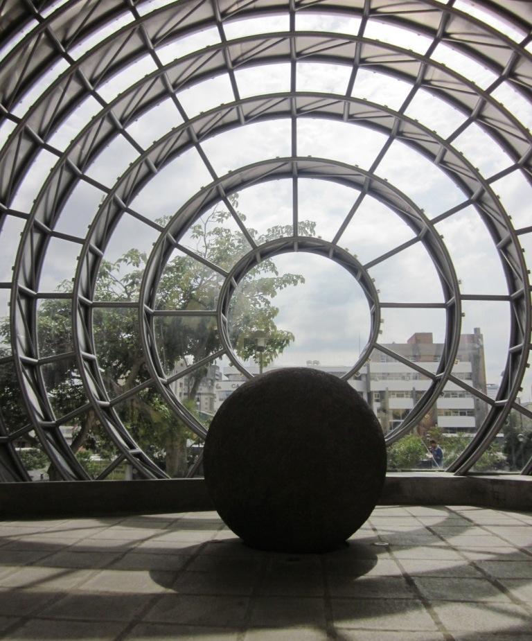 Descripción: Esfera de piedra precolombina dentro de otra esfera de vidrio y acero inoxidable ubicada en la entrada del Museo Nacional de Costa Rica, como símbolo permanente de la identidad nacional. Fecha: 23 July 2012. Autor: Axxis10. Fuente: Wikimedia Commons (http://commons.wikimedia.org/)