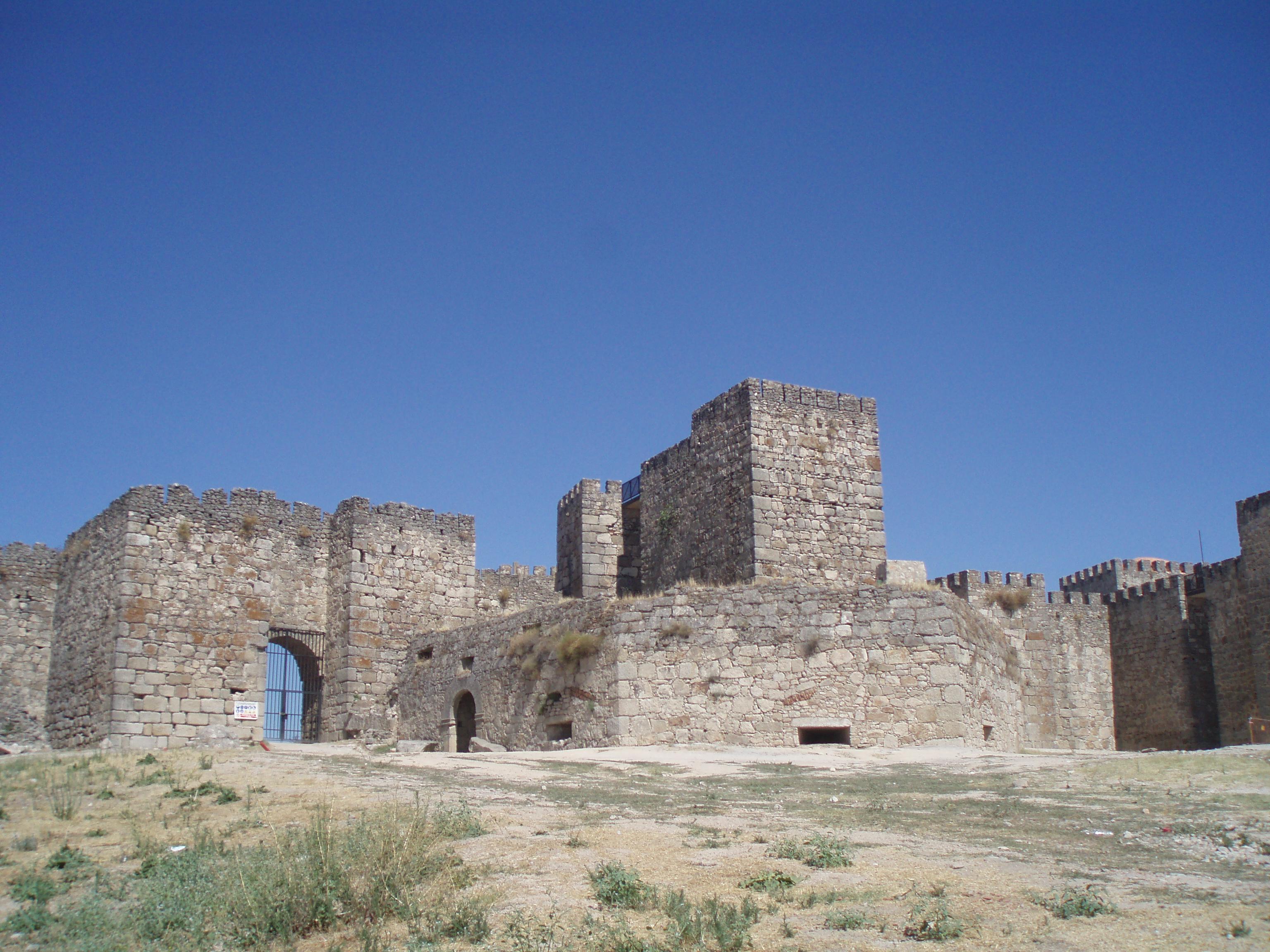 File:Fachada principal del castillo de Trujillo. (Cáceres).JPG - Wikimedia Co...