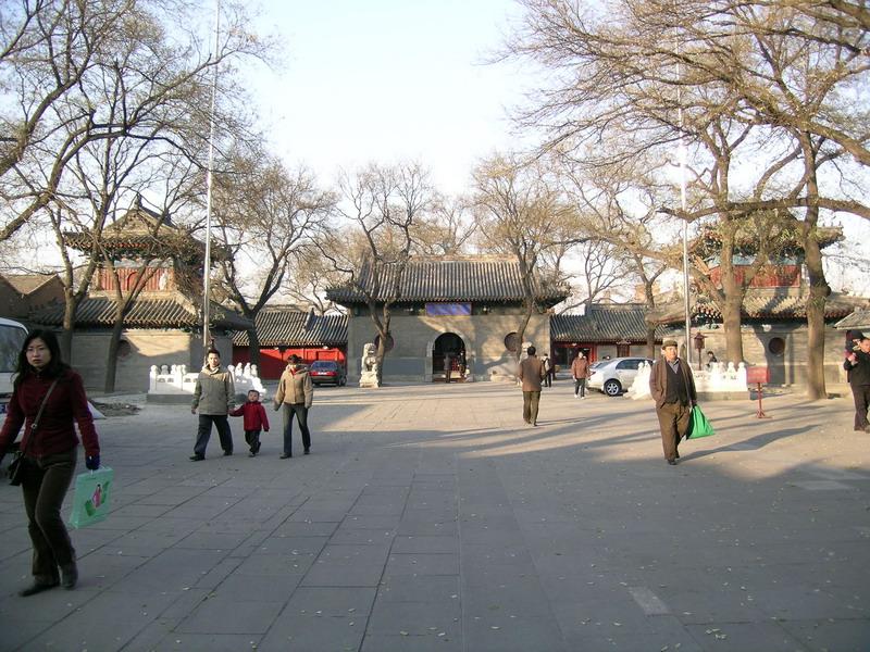 Vihara Guangji di Beijing, Tiongkok, merupakan salah satu vihara yang pertama mendapatkan sertifikat resmi dari Pemerintah Tiongkok.