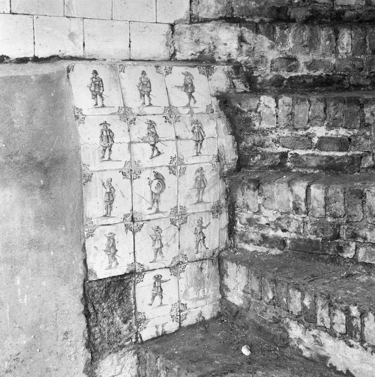 File kelder wand bij trap met tegels tijdens restauratie delft 20330481 - Mat tegels ...