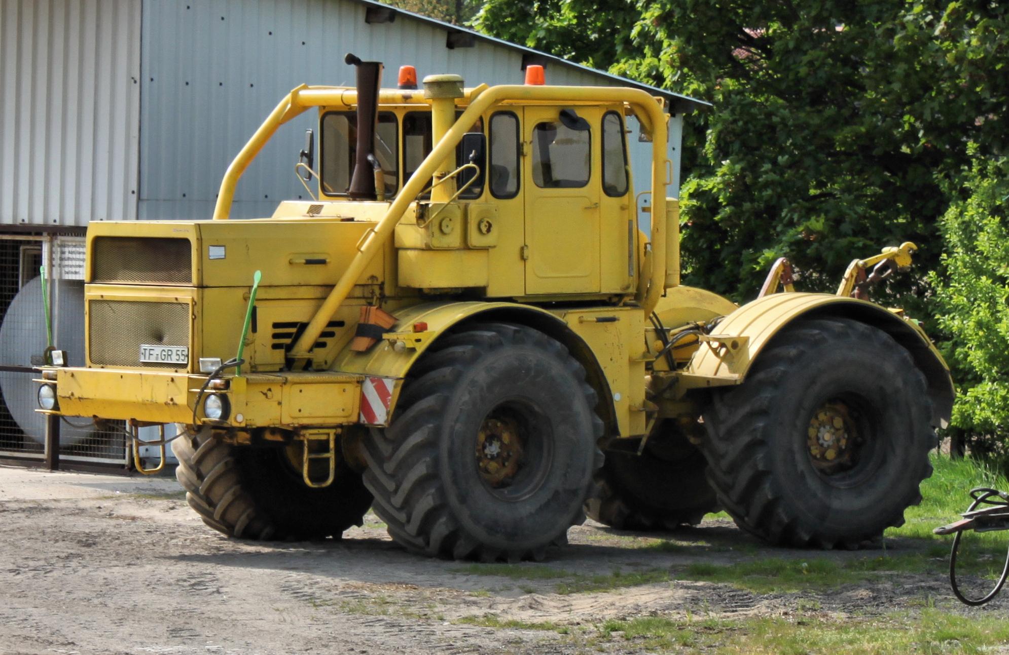 Kirovets trattori Kirowez_K_700_front