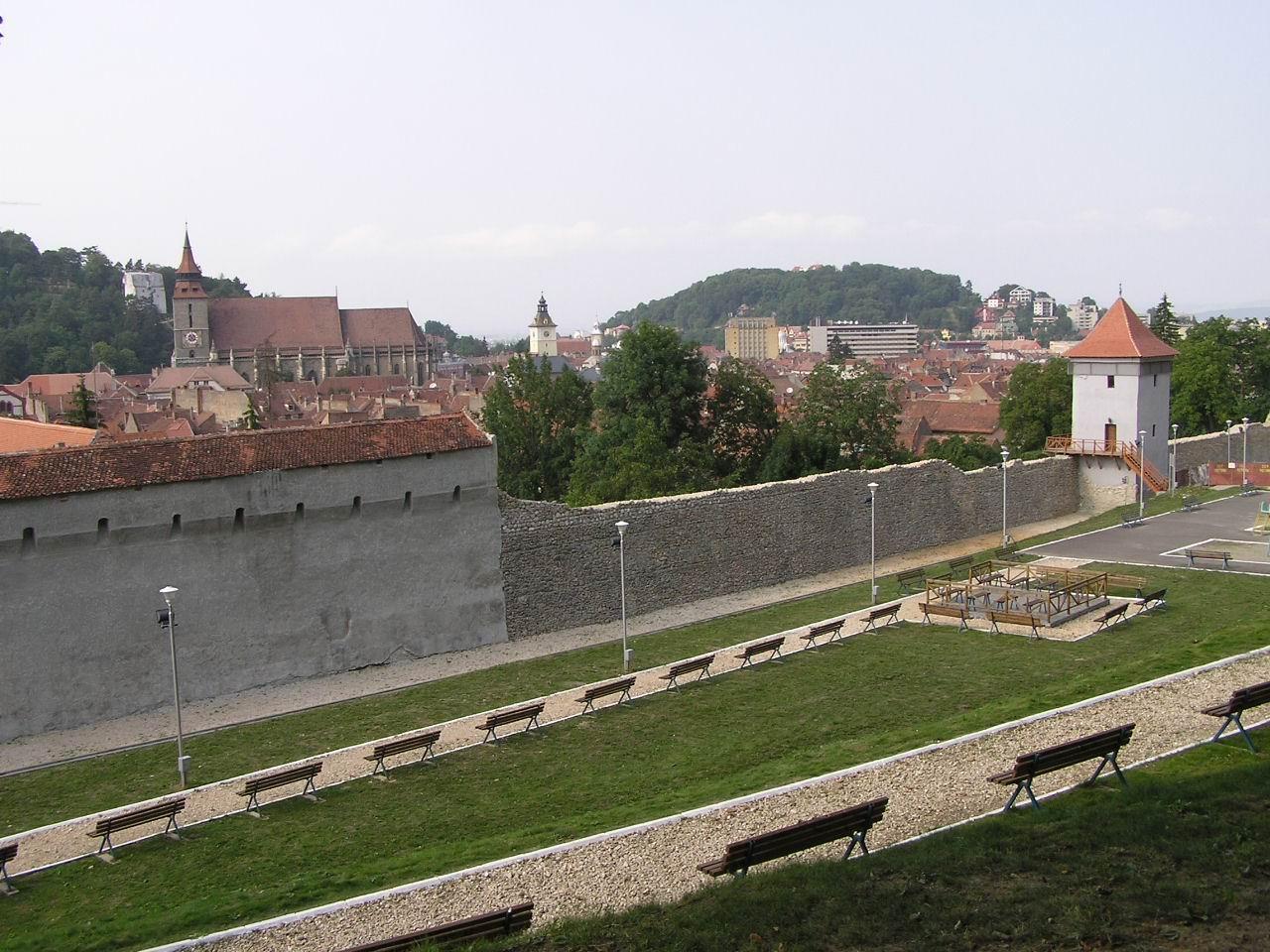 Fişier:Kronstadt Stadtmauer.jpg