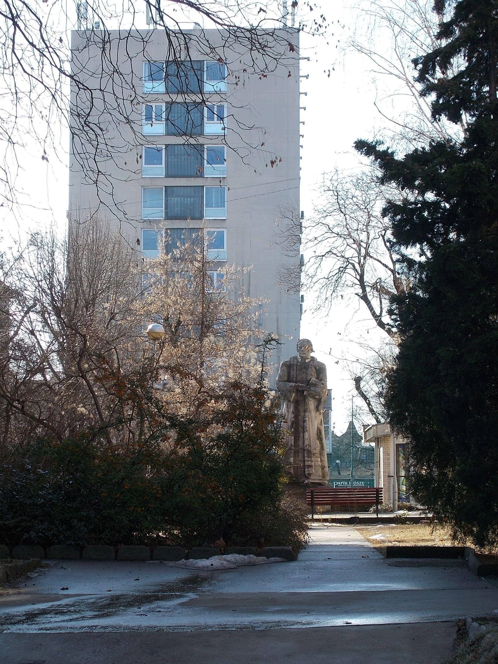 térkép-ész File:Luther Márton szobra és a Térképész székház, Lőcsei út, 2017