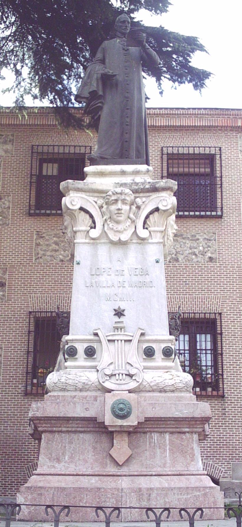 Monumento a Lope, tocado con sotana, en Madrid (J. López Sallaberry y M. Inurria, 1902).