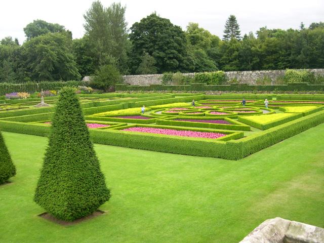 File parterre garden at pitmedden wikimedia for Parterre jardin