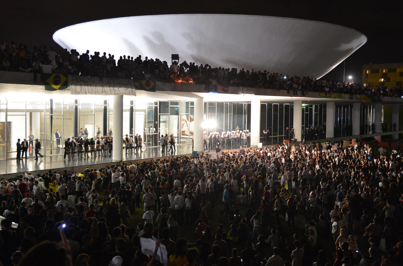 Manifestantes en el Congreso Nacional [Photo: Agência Brasil Wikimedia Commons]